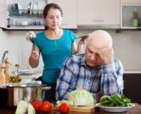 Conflicto de la familia.  Hombre maduro y mujer enojada durante pelea foto de archivo