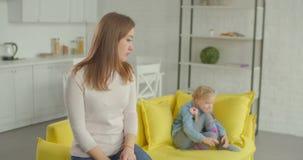 Conflicto entre la madre y la niña en casa almacen de video