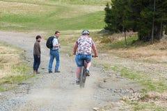 Conflicto entre un motorista de la montaña y los caminantes Imagen de archivo
