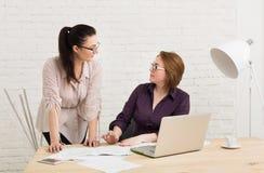 Conflicto Las mujeres discuten proyecto en oficina fotos de archivo