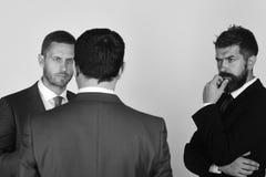 Conflictos del settle de los CEOs en fondo gris claro imagenes de archivo