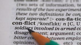 Conflictwoord in Engels woordenboek, meningsverschil in onderhandelingen en belangen stock videobeelden