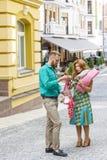 Conflit de famille dans la rue au-dessus d'argent gaspillé Photo stock