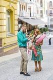 Conflit de famille dans la rue au-dessus d'argent gaspillé Photographie stock libre de droits