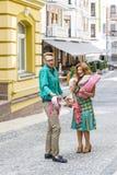 Conflit de famille dans la rue au-dessus d'argent gaspillé Image stock