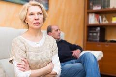 Conflit de famille dans les couples supérieurs image stock