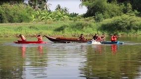 Conflit en le bateau, c'est un jeu folklorique de thaïlandais en rivière devant le temple de Pho Kao Ton sur le festival de Songk banque de vidéos