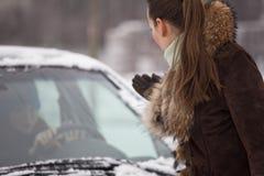 Conflit entre le gestionnaire de véhicule et le piéton images libres de droits