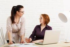 Conflito As mulheres discutem o projeto no escritório Imagens de Stock