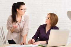 Conflito As mulheres discutem o projeto no escritório Fotografia de Stock