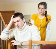 Conflito da família Homem ordinário virado contra a mulher da tristeza em ho Fotografia de Stock Royalty Free