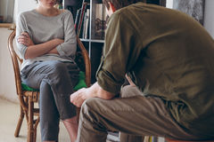 Conflito da família Pares que discutem o assento perto das estantes Imagens de Stock Royalty Free
