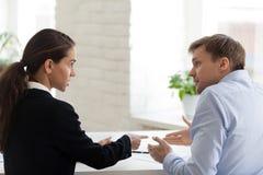 Conflito do chefe fêmea e do trabalhador de escritório masculino fotografia de stock