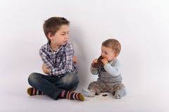 Conflito dos irmãos devido a uma placa do chocolate Imagens de Stock Royalty Free