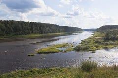 Confluencia de los ríos Sukhona y Uftyuga cerca del distrito de Nyuksensky del abedul de Slobodka del pueblo, región de Vologda Imagen de archivo libre de regalías