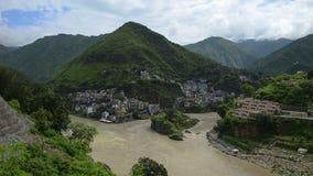 Confluent de rivière de montagne