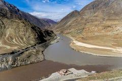 Confluent de Zanskar et de fleuves Indus image stock