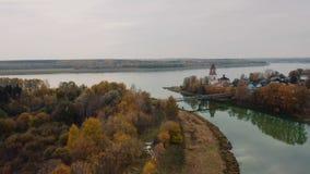 Confluent des rivières au beau fond de forêt d'automne clips vidéos