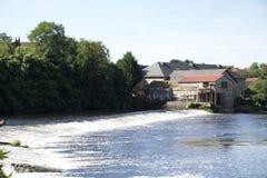 Confolens - Francia - una presa vieja del poder hidroeléctrico Imagen de archivo libre de regalías