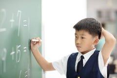 Confonda la prova dello scolaro per rispondere alla domanda fotografie stock