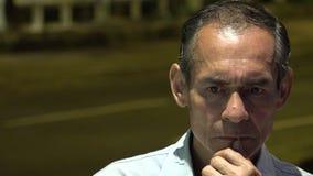 Confondez le vieil homme sur la rue la nuit banque de vidéos