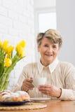 Conforme el sábado por la tarde con una taza de té Imagen de archivo libre de regalías