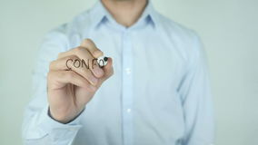 Conformidad, συμμόρφωση που γράφει στα ισπανικά στο γυαλί απόθεμα βίντεο