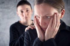 Confortar al amigo. Mujer que consuela a su amigo triste. Imagen de archivo