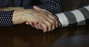Conforto della mano Mano adulta che segna mano femminile senior con le grinze profonde stock footage