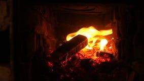 Conforto do aquecimento do aquecedor de água do fogo da chaminé vídeos de arquivo