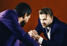 Confrontación de líderes empresariales Concepto de la rivalidad del negocio fotos de archivo