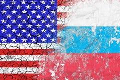 Confrontación entre los E.E.U.U. y la Rusia Amenaza de la huelga nuclear Las banderas de dos países pintados en el muro de cement imagenes de archivo