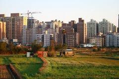 Confrontando le costruzioni fra la città ed il paese? Fotografia Stock Libera da Diritti