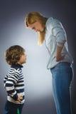 Confronto della mamma e del figlio concetto di disputa fotografia stock