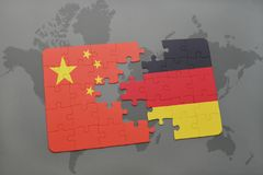 confunda com a bandeira nacional da porcelana e da Alemanha em um fundo do mapa do mundo Imagem de Stock