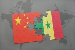 confunda com a bandeira nacional da porcelana e do senegal em um fundo do mapa do mundo Imagem de Stock Royalty Free