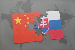 confunda com a bandeira nacional da porcelana e do slovakia em um fundo do mapa do mundo Fotografia de Stock Royalty Free