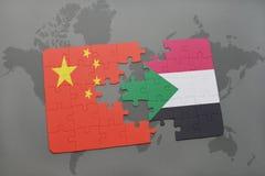 confunda com a bandeira nacional da porcelana e do Sudão em um fundo do mapa do mundo Foto de Stock