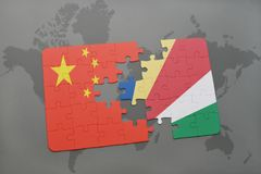 confunda com a bandeira nacional da porcelana e dos seychelles em um fundo do mapa do mundo Imagem de Stock Royalty Free