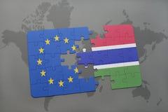 confunda com a bandeira nacional da União Europeia e do gambia em um fundo do mapa do mundo Imagens de Stock Royalty Free