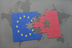 confunda com a bandeira nacional da União Europeia e do Marrocos em um fundo do mapa do mundo Imagens de Stock