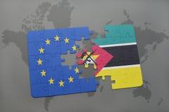 confunda com a bandeira nacional da União Europeia e do mozambique em um fundo do mapa do mundo Fotografia de Stock