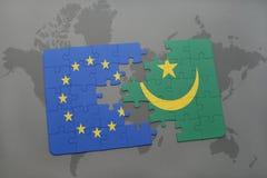confunda com a bandeira nacional da União Europeia e da Mauritânia em um fundo do mapa do mundo Fotografia de Stock Royalty Free