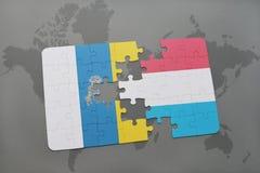 confunda com a bandeira nacional das Ilhas Canárias e do luxembourg em um fundo do mapa do mundo Fotografia de Stock Royalty Free
