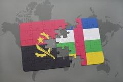 confunda com a bandeira nacional de angola e de Central African Republic em um mapa do mundo Foto de Stock
