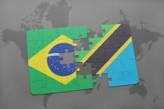 confunda com a bandeira nacional de Brasil e de Tanzânia em um fundo do mapa do mundo Fotografia de Stock Royalty Free