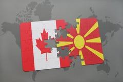 confunda com a bandeira nacional de Canadá e de Macedônia em um fundo do mapa do mundo Fotografia de Stock