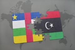 confunda com a bandeira nacional de Central African Republic e de Líbia em um mapa do mundo Imagens de Stock