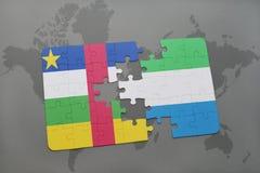 confunda com a bandeira nacional de Central African Republic e de Sierra Leão em um mapa do mundo Fotografia de Stock Royalty Free