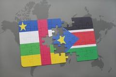 confunda com a bandeira nacional de Central African Republic e de Sudão sul em um mapa do mundo Foto de Stock